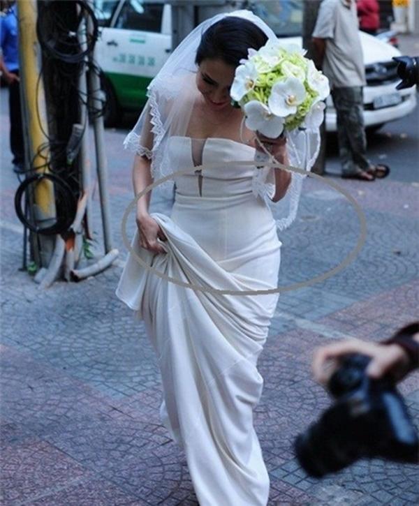 . Quan sát kỹ hơn, người đối diện dễ dàng nhận ra cô dâu cố ý mang đôi giày cưới rất thấp. Điều đó hoàn toàn trái ngược với tâm lý của một cô dâu khi đứng cạnh chú rể hotboy cao 1m83 như Baggio. Chiếc bụng cô dâu lùm xùm rất rõ ràng.