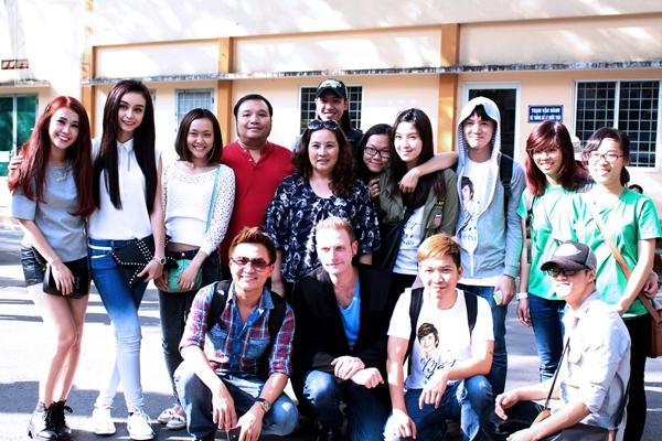 Gia đình Wanbi Tuấn Anh, các nghệ sĩ nhiệt tình tham gia và những tình nguyện viên trẻ.