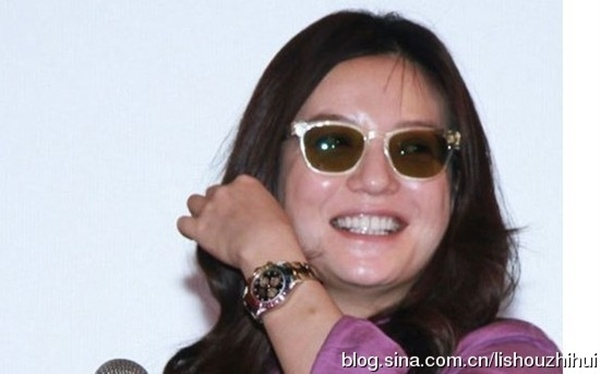 """Triệu Vy gây ngạc nhiên khi xuất hiện trong buổi họp báo """"So Young"""" với gương mặt bị trang điểm lỗi và bóng nhẫy."""