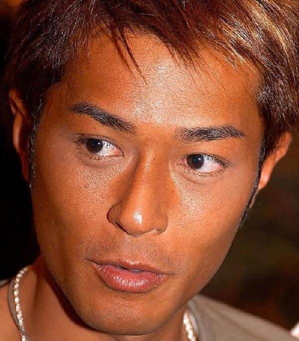 Tài tử Hong Kong Cổ Thiên Lạc đen nhánh.