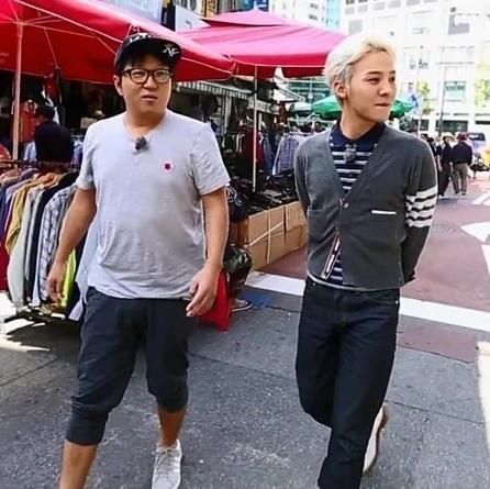 """Được mệnh danh là """"ông hoàng thời trang"""" của Kpop, G-Dragon đã khiến chiếc áo trở nên phong cách và đặc biệt hơn tất cả."""