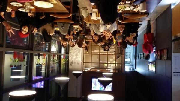Sungyeol ( Infinite) đã post một bức ảnh lộn ngược trong một nhà hàng mà cậu cùng các nhân viên đang ăn gà rán.