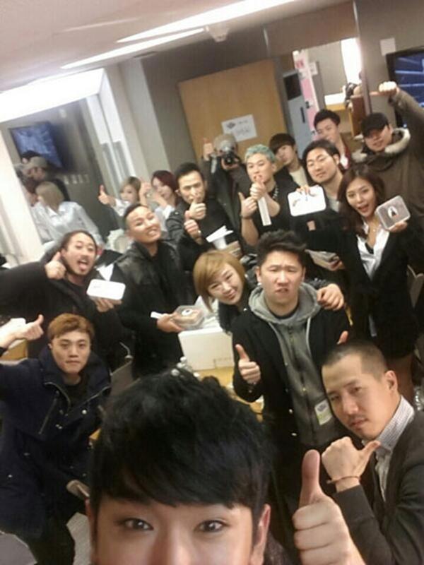 """Công ty Liveworks tweet một bức ảnh của Lee Min Woo và thành viên trong đoàn của anh: """"M + TEN"""" TAXI """"show đầu tiên ! Taxi Lee Min Woo đã sẵn sàng! """""""