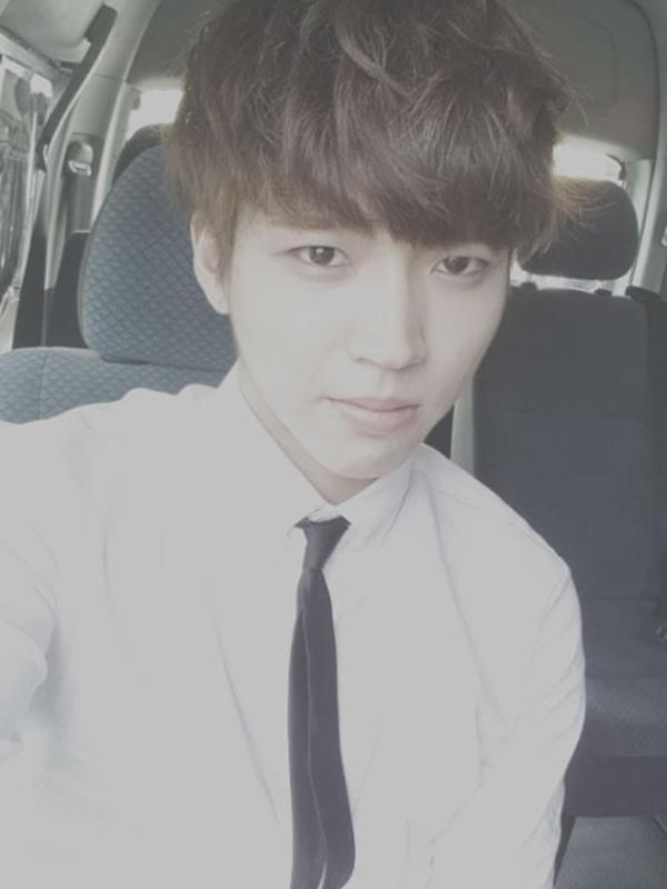 """Trước đó, Woo Hyun đã tweet một bức ảnh cùng với một lời nhắn nhủ các fan của mình: """"Chương trình của Infinite sẽ chiếu lúc 7:30! còn 10 phút !! Hahaha hy vọng nhiều bạn đón xem ~! Hứa ~. """""""