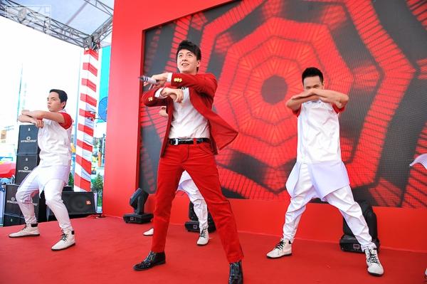 Chàng Bắp dễ thương cũng thể hiện vũ đạo của mình trong ca khúc dance - phong cách âm nhạc mà Ngô Kiến Huy sẽ đánh mạnh hơn trong năm 2014.