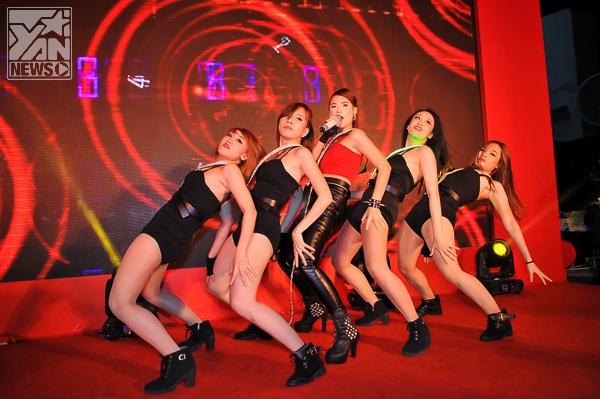 Nữ ca sĩ khiến khán giả cuồng nhiệt với những vũ đạo nóng bỏng mắt.