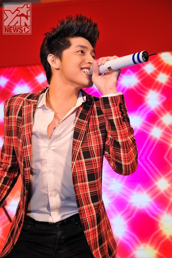 Noo Phước Thịnh còn trình diễn những ca khúc sôi động cùng vũ đạo ấn tượng của mình khiến fans không ngừng hò hét tên anh.