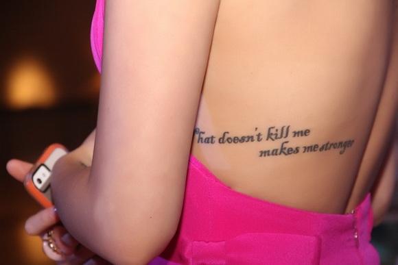 """Đây là một câu hát trong bài hát """"What doesn't kill me"""" nổi tiếng của nữ ca sĩ Kelly Clarkson: """"That doesn't kill me makes me stronger"""" (tạm dịch là: Điều gì không giết được mình thì sẽ làm mình mạnh mẽ hơn) - Tin sao Viet - Tin tuc sao Viet - Scandal sao Viet - Tin tuc cua Sao - Tin cua Sao"""