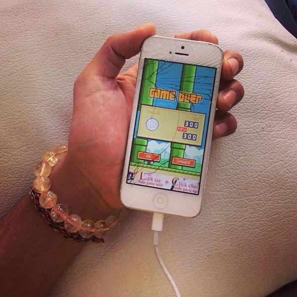 """Sơn Ngọc Minh khoe chiếc điện thoại bị vỡ màn hình cùng trò Flappy Bird : """"Minh nghỉ chơi nha :3""""."""