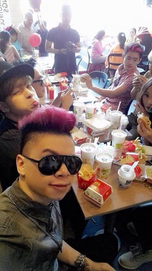 Hoàng Tôn khoe ảnh đi ăn cùng bạn bè tại McDonald's.