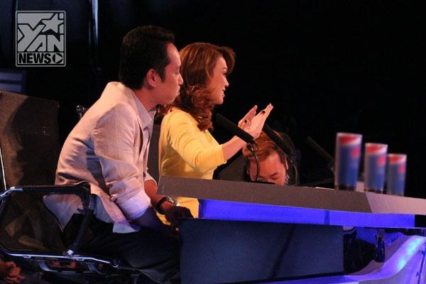 """""""Các em bình tĩnh"""" - mỗi lần Mỹ Tâm xuất hiện tại trường quay Vietnam Idol thì y như rằng tất cả khán giả đều kêu tên cô rất to và cuồng nhiệt, khiến Mỹ Tâm khá bối rối. - Tin sao Viet - Tin tuc sao Viet - Scandal sao Viet - Tin tuc cua Sao - Tin cua Sao"""