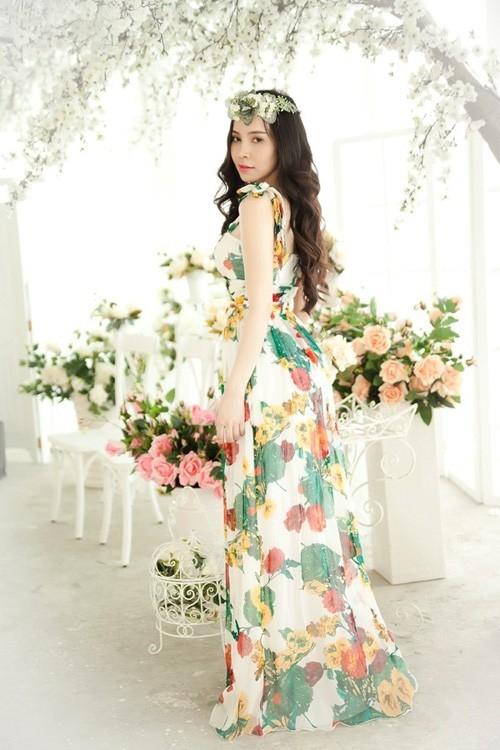 Người mẫu Ngọc Bích lãng mạn với đầm hoa maxi.
