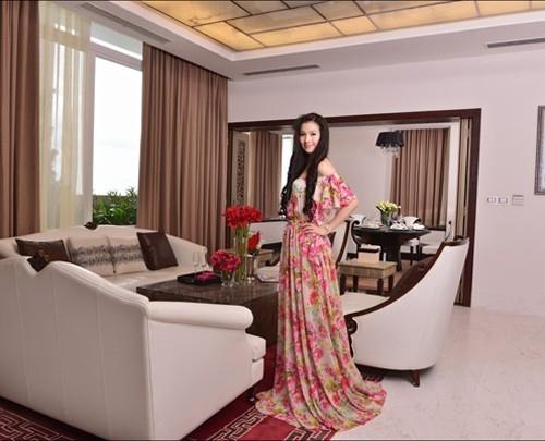 Cao Thùy Dương khoe dáng trong chiếc đầm hoa tha thướt.