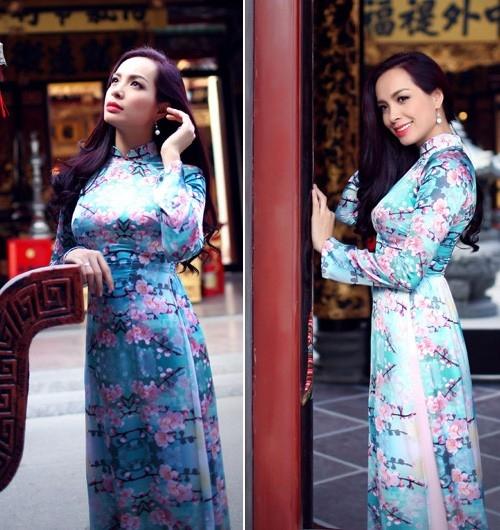 Thúy Hạnh chứng tỏ sự tinh tế với chiếc áo dài in hoa đào đậm chất xuân.