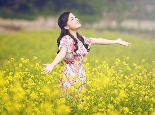Minh Hương trẻ trung với đầm hoa trên đồng cải hoa vàng rực rỡ.