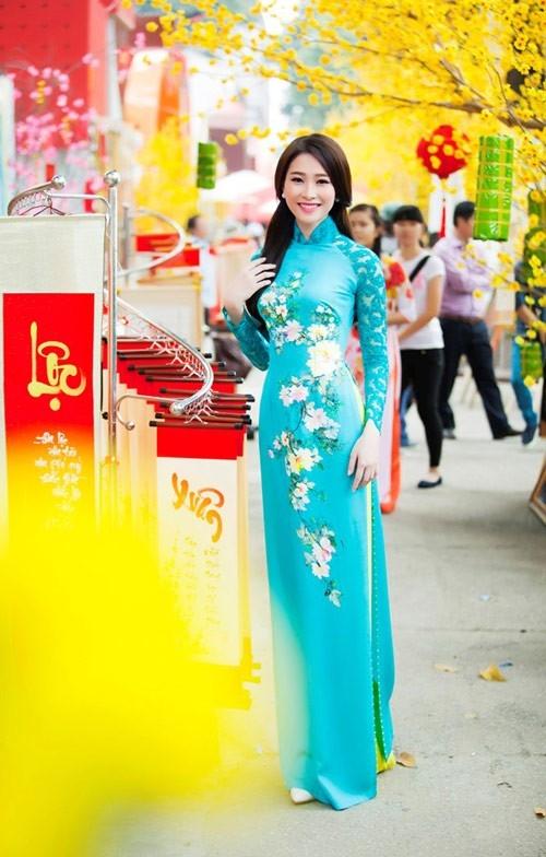 Hoa hậu Thu Thảo du xuân với chiếc áo dài in hoa nền nã.