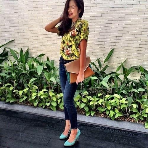 Hà Tăng chọn áo hoa để tăng phần màu mỡ cho thân hình mảnh mai.
