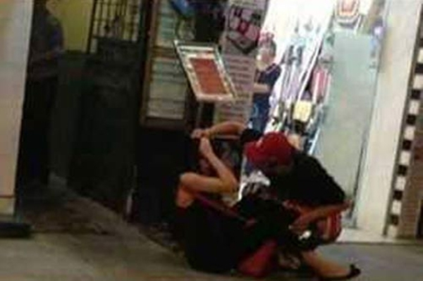 Andrea bị Yanbi đánh ngay trên phố đông người qua lại