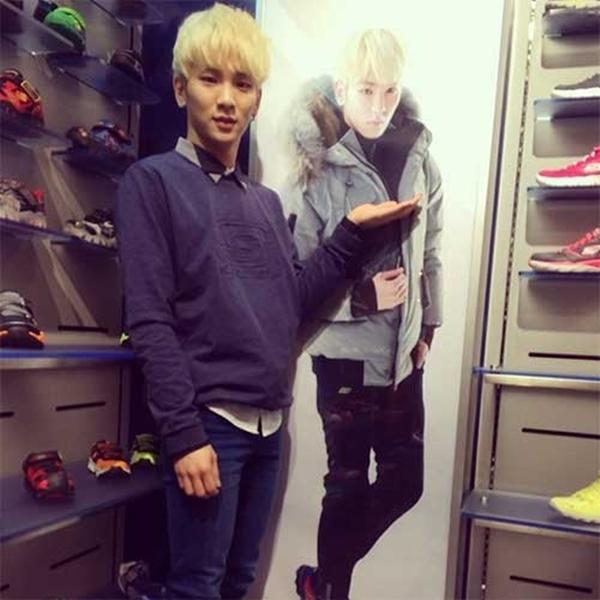 """Key (SHINee) đã được chiêm ngưỡng hình ảnh của chính mình tại một cửa hàng giày: """"Xem này, tôi là một người mẫu. """""""