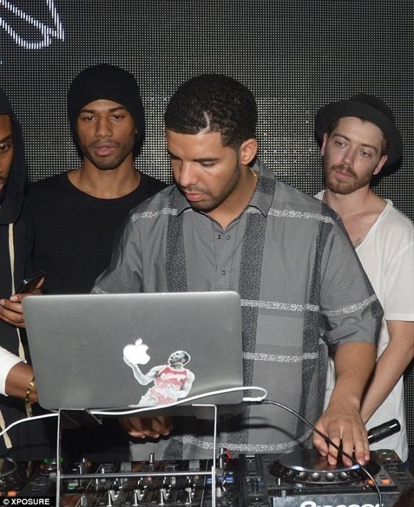 Drake đang làm DJ cho bữa tiệc sinh nhật đầu tiên của câu lạc bộ Pháp.