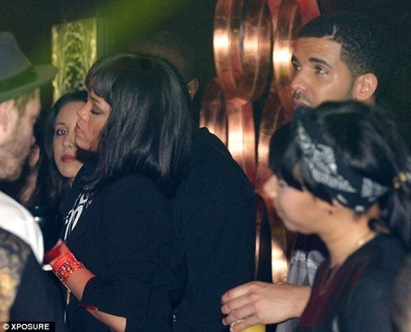 Rihanna xuất hiện cùng Drake trong buổi tiệc.