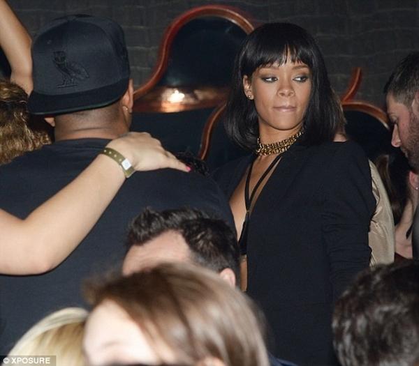 Rihanna gợi cảm trong bộ trang phục của mình.