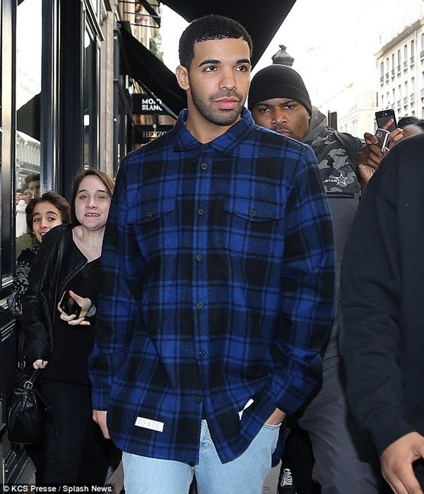 Drake đã được nhìn thấy mua sắm trong Cartier ở Paris, nơi anh được đồn đại là đã qua đêm với Rihanna