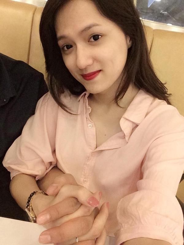 """Hương Giang Idol khiến fan tò mò khi tung ra bức ảnh nắm tay tình tứ của mình cùng một người con trai giấu mặt: """" Tay ải tay ai??? """""""