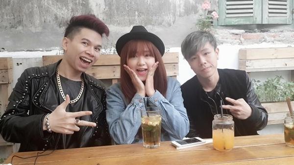 Hoàng Tôn khoe ảnh đi chơi cùng bạn bè, anh còn cho biết rằng bản thân mình rất muốn kết bạn với tất cả fan của mình nhưng vì do trang cá nhân của anh đã đủ bạn nên không thể kết bạn được.