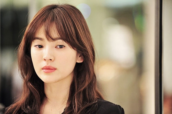 """Song Hye Kyo có lẽ là người tiên phong đầu tiên cho xu hướng mái lưa thưa, kiểu mái này cũng được cô để trong bộ phim """"Ngọn gió đông năm ấy"""", được rất nhiều fans yêu thích và học tập. Dù đã ngoài 30 tuổi, nhưng nữ diễn viên nổi tiếng của điện ảnh Hàn Quốc vẫn giữ được nét thanh xuân, đặc biệt khi trang điểm nhẹ nhàng và để kiểu mái này, trông cô trẻ trung hơn bao giờ hết."""