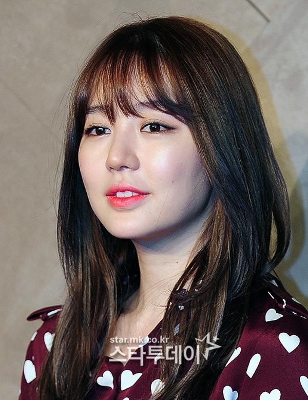 """Nữ diễn viên Yoon Eun Hye khá """"trung thành"""" với kiểu mái lưa thưa, cô thường kết hợp với kiểu tóc buông xõa ngang vai hoặc buộc tóc thấp thanh lịch."""