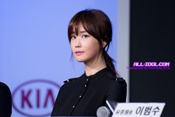 Lee Da Hae thanh lịch với tóc buộc thấp nhẹ nhàng và kiểu mái lưa thưa trẻ trung khi dự họp báo.