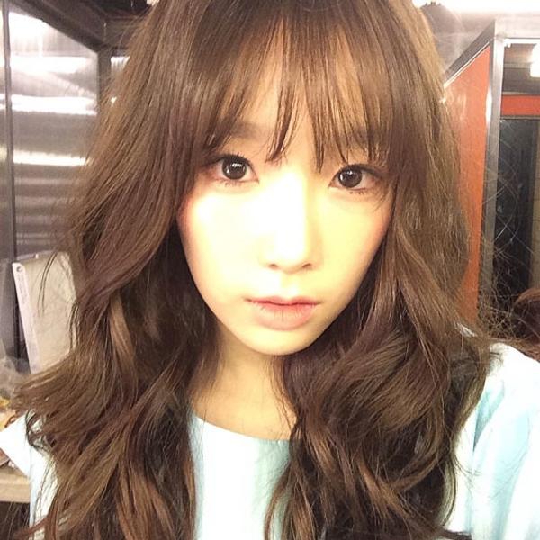 """Nữ ca sĩ, thành viên nhóm nhạc SNSD - TaeYeon thích thú """"khoe"""" kiểu mái đang thịnh hành với fans."""