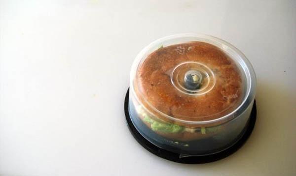 1. Hộp đựng đĩa CD cũ được sử dụng để đựng bánh hamburger thách thức gián và chuột