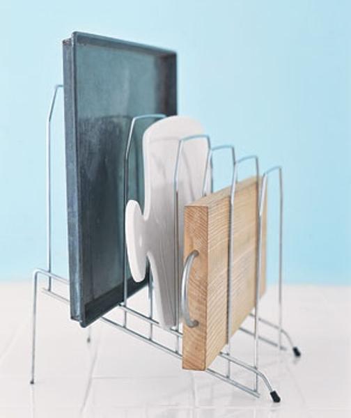 3. Đừng bỏ kệ đựng hồ sơ cũ đi vì bạn có thể sử dụng cho những tấm thớt một cách tiện dụng, gọn gàng
