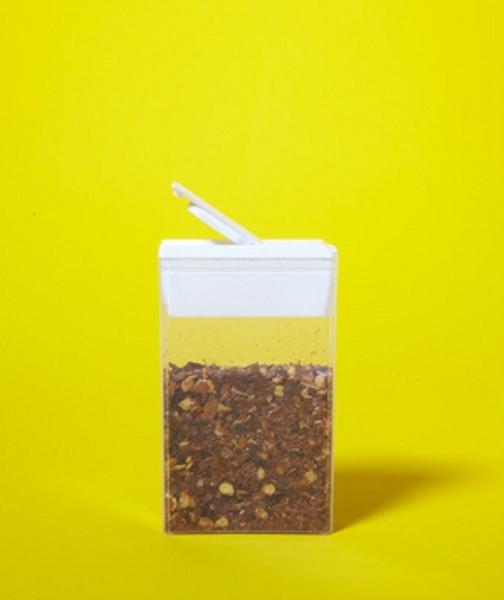 4. Hãy bỏ gia vị vào những chiếc hộp nhỏ gọn giúp tận dụng diện tích nhà bếp có hạn