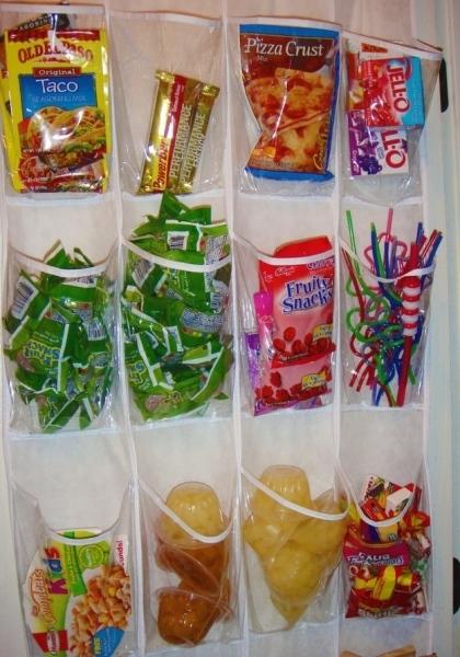 12. Treo túi đựng giày lên tường để đựng thực phẩm, nhưng nhớ chỉ dùng cho các món có trọng lượng nhẹ thôinhé