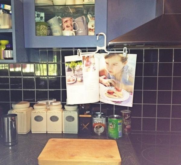 20. Cố định cuốn tạp chí hướng dẫn nấu ăn trước mặt bằng chiếc móc cũ