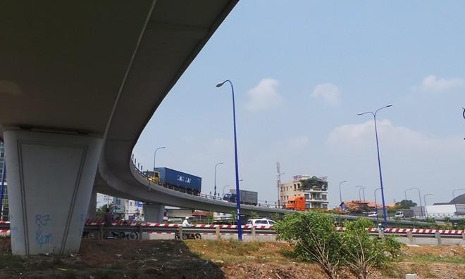 Tuy nhiên, do thiết kế các nhánh cầu quá cong, khúc cua gắt nên xảy ra nhiều tai nạn tại đây. Đặc biệt là các vụ lật xe đầu kéo, rơi container trong khi phía dưới là xa lộ Hà Nội rất đông người tham gia giao thông.