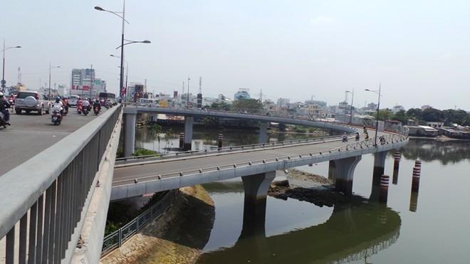 Trong nội ô TP.HCM, khúc cua nguy hiểm nhất có lẽ là nhánh cầu dẫn từ cầu Nguyễn Văn Cừ từ quận 5 đi quận 4. Khúc cua này có độ gắt như khuỷu tay trong khi bên dưới là kênh Tàu Hủ, rào chắn lại thấp nên khi xảy ra tai nạn, nạn nhân thường bay xuống cầu.