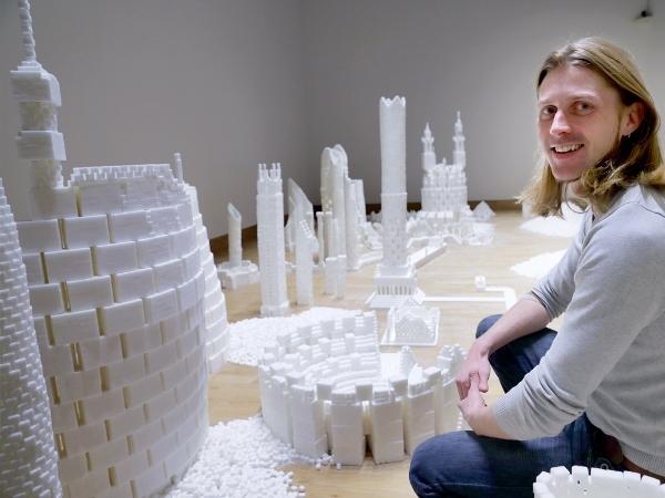 """Sau khi """"xây"""" xong thành phố thu nhỏ, nghệ sĩ Brendan đã mở cuộc triển lãm để dân chúng có thể tự do đến chiêm ngưỡng."""
