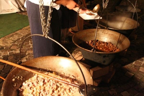 Thịt hầm thường được làm từ thịt bò hoặc thịt gà. Thịt được hầm trong một cái nồi kim loại dày phổ biến tại Hungary.