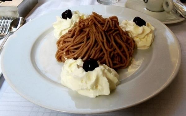 Mì hạt dẻ là món tráng miệng tuyệt vời với thành phần chính là hạt dẻ, rượu rum ăn kèm với kem.