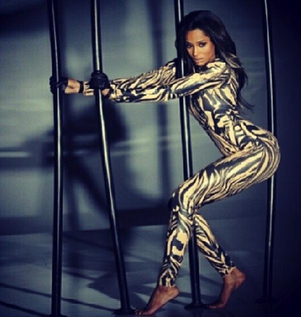 """Ciara khoe những đường cong hấp dẫn làm """"bỏng mắt"""" fan."""