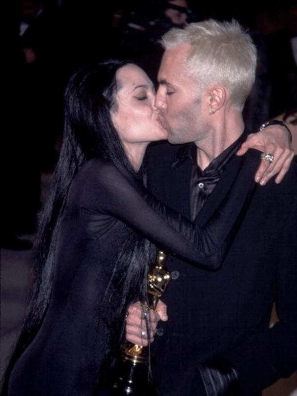 """Angelina Jolie trong lễ trao giải năm 2000, khi cô quay lại anh trai James, hôn lên môi ở phía trước máy ảnh, và nói: """"Tôi rất yêu anh trai của tôi"""" trong bài phát biểu nhận giải cho Nữ diễn viên phụ xuất sắc nhất."""