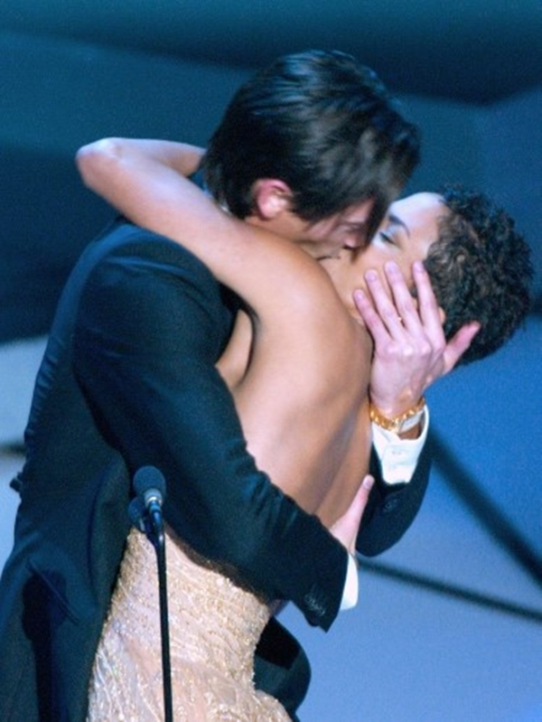Với sự có mặt đầy đủ các diễn viên của mình Adrien Brody giành chiến thắng tốt nhất cho The Pianist tại lễ trao giải Oscar lần thứ 75 bằng cách hôn Halle Berry .