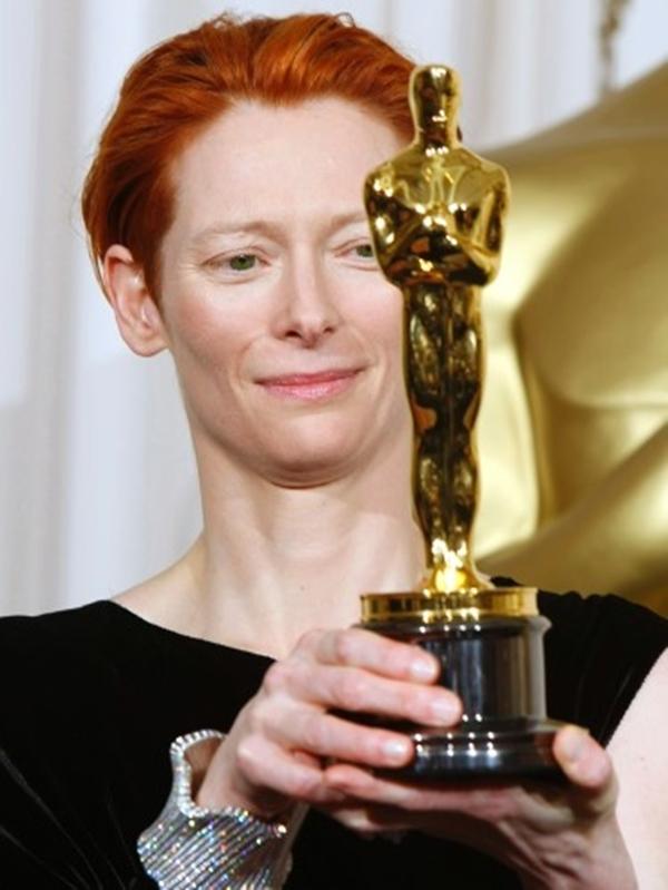 Bài phát biểu Tilda Swinton cho Nữ diễn viên phụ xuất sắc nhất tại lễ trao giải Oscar lần thứ 80 mất một điểm thú vị khi cô giơ lên bức tượng và có những ý kiến không tốt.