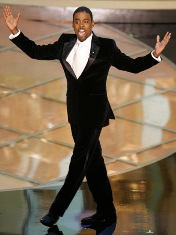"""Không có ai là an toàn bởi sự khắc nghiệt Chris Rock tại lễ trao giải Oscar lần thứ 77. Trong khi một số người ca ngợi sự táo bạo của diễn viên hài, những người khác nghĩ rằng ông đã quá lố khi ông hỏi đám đông: """"Jude Law là ai? Bạn muốn Tom Cruise và tất cả các bạn có thể nhận được là Jude Law ... Tại sao ông ta trong mỗi bộ phim tôi đã thấy trong bốn năm qua? """" Sean Penn đã nhận xét """"Jude là một trong những diễn viên tốt nhất của chúng tôi."""""""