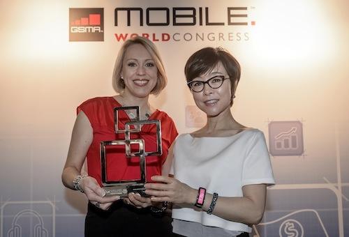 Đại diện của GSMA trao giải cho Samsung với thiết bị Gear Fit.