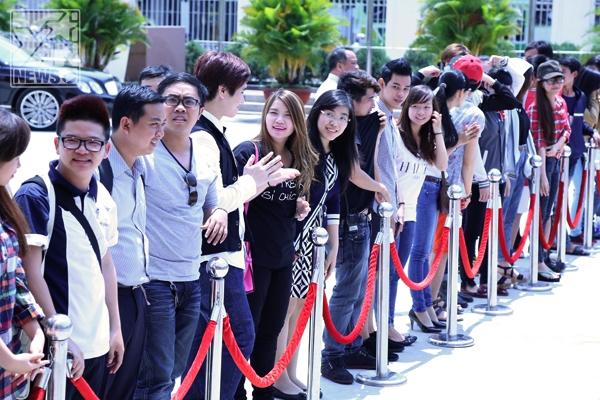 Rất đông khán giả đứng dưới trời nắng gắt chờ đợi sự xuất hiện lần lượt của 4 vị giám khảo. - Tin sao Viet - Tin tuc sao Viet - Scandal sao Viet - Tin tuc cua Sao - Tin cua Sao